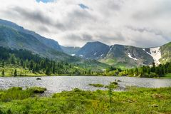 Ansicht über vierten See von Karakol Seen in Altai-Republik Russland Lizenzfreies Stockfoto