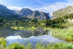 Ansicht über vierten See von Karakol Seen in Altai-Republik Russland Lizenzfreie Stockfotos