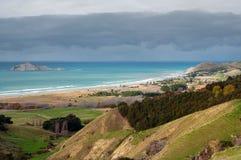 Ansicht über Waimarama-Strand und bloße Insel Lizenzfreies Stockfoto