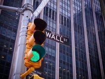Ansicht über Wall Street GelbAmpel mit Schwarzweiss-PO lizenzfreie stockfotos