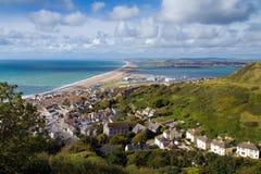 Ansicht über Weymouth, Portland und Chesil setzen auf den Strand Stockbilder