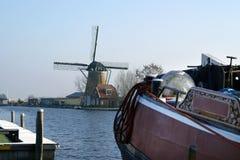 Ansicht über Windmühle in Warmond und im historischen Boot. Stockfotos