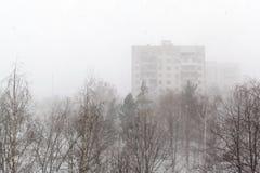 Ansicht über Winterstadt und Schneesturm Stockbilder