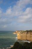 Ansicht über wunderbare portugiesische atlantische Küstenlinie im blauen Himmel Lizenzfreies Stockbild