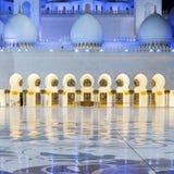 Ansicht in Abu Dhabi Sheikh Zayed Mosque bis zum Nacht Stockfotografie