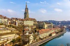 Ansicht alter Stadt Berns über dem Aare-Fluss Lizenzfreie Stockfotos