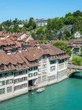 Ansicht alter Stadt Berns über dem Aare-Fluss- die Schweiz Stockfotos