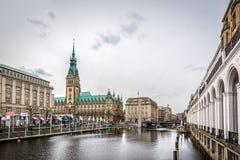 Ansicht alter Stadt Hamburgs mit Rathaus und Alster-Fluss in Hamburg, Deutschland Lizenzfreie Stockfotos