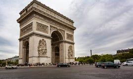 Ansicht Arc de Triomphe s mit dem Eiffelturm im Hintergrund vom Champs-Elysees in Paris lizenzfreies stockbild