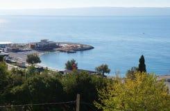 Ansicht auf das adriatische Meer in der Spalte Stockfotos