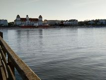 Ansicht auf die Stadt von Binz vom Pier lizenzfreie stockbilder