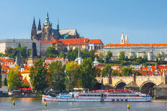 Ansicht auf Prag-Schloss von Charles Bridge über die Moldau-Fluss in Prag, Tscheche Republi Stockfoto