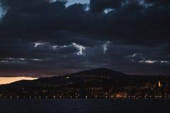 Ansicht auf umgebende Gebäude in Montreux bis zum Nacht lizenzfreies stockfoto