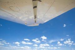 Ansicht aus einem kleinen Flugzeug heraus innen zum blauen Himmel Lizenzfreies Stockbild