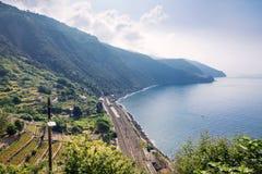 Ansicht Bahnhofs Corniglia und die Berge Küste Corniglia von Cinque Terre, Italien lizenzfreie stockfotos