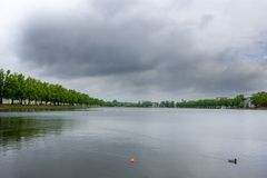 Ansicht bei Pfaffenteich, Pfaffenpond am bewölkten Tag in Schwerin, Deutschland lizenzfreie stockfotos