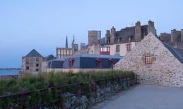 Ansicht bei Sonnenuntergang von der Wand der alten Stadt mit Granitgebäuden von Saint Malo in Bretagne, Frankreich stockfotografie