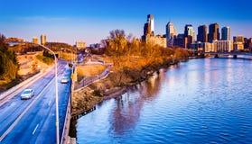 Ansicht Benjamin Franklin Parkways und der Skyline in Philadelphi Stockfotografie