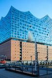 Ansicht am berühmten Markstein Elbphilharmonie am sonnigen Tag in Hamb stockbilder