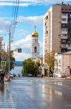 Ansicht über belltower von Iversky Kloster und Wolga im Samara Lizenzfreie Stockfotografie