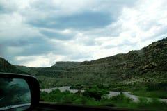 Ansicht ?ber den Colorado zu den Bergen lizenzfreies stockbild