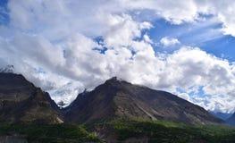 Ansicht ?ber den H?gel mit Gebirgspfad und die schneebedeckten Berge auf dem Hintergrund lizenzfreie stockbilder