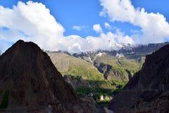 Ansicht ?ber den H?gel mit Gebirgspfad und die schneebedeckten Berge auf dem Hintergrund lizenzfreies stockbild