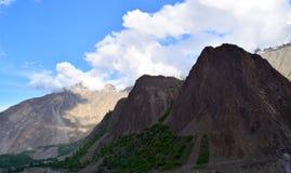 Ansicht ?ber den H?gel mit Gebirgspfad und die schneebedeckten Berge auf dem Hintergrund lizenzfreies stockfoto