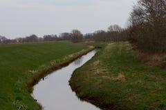 Ansicht ?ber eine Grabung gef?llt mit Wasser in rhede emsland Deutschland lizenzfreie stockbilder