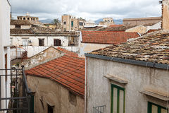 Ansicht über Hausdächer in der schmalen Straße Lizenzfreies Stockbild