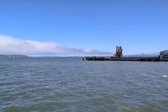 Ansicht ?ber sch?nen Leuchtturm aufgestellt nahe Alcatraz-Gef?ngnis Der Pazifische Ozean USA stockfotos