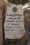 Ansicht Berg Nebo-Museums-Jordaniens 19-09-2017 eines Steinzeichens mit der Mitteilung der öffnenden Zeiten des Museums-Bergs Neb lizenzfreies stockfoto