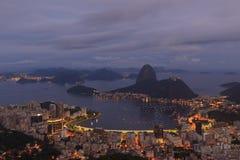 Ansicht blauer Stunde Rio de Janeiro, Brasilien Sugarloaf Stockfotos