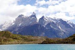 Ansicht Cuernos Del Paine vom See Pehoe in Nationalpark Torres Del Paine, Magallanes-Region, Süd-Chile Lizenzfreie Stockfotografie