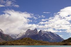 Ansicht Cuernos Del Paine vom See Pehoe in Nationalpark Torres Del Paine, Magallanes-Region, Süd-Chile Stockfotos