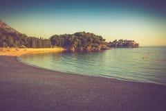 Ansicht in das adriatische Meer und in den Strand bei Sonnenuntergang Milocer-Park Sveti Stefan Küste Budva Riviera montenegro Stockfotografie
