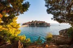 Ansicht in das adriatische Meer und in den Sveti Stefan bei Sonnenuntergang Milocer-Park Stockbilder
