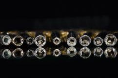 Ansicht in das Fass einer Reihe der antiken Taschen-Uhr-Schlüssel Stockfotos