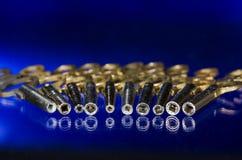Ansicht in das Fass einer Reihe der antiken Taschen-Uhr-Schlüssel auf einer blauen Oberfläche Lizenzfreie Stockfotos