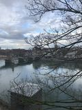 Ansicht in dem Fluss der Stadtmitte von Basel Lizenzfreies Stockbild