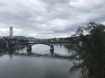 Ansicht in dem Fluss der Stadtmitte von Basel Lizenzfreie Stockbilder