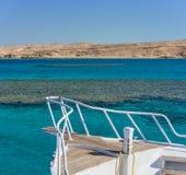 Ansicht in dem Korallenmeer von der weißen Yacht Stockfoto