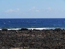 Ansicht in dem Ozean mit Unterbrechern an der Küste Lizenzfreie Stockfotografie