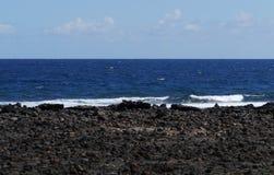 Ansicht in dem Ozean mit Unterbrechern an der Küste Stockfoto