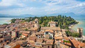 Ansicht an den Gebäuden in Sirmione-Dorf durch den See Garda in Italien lizenzfreies stockbild