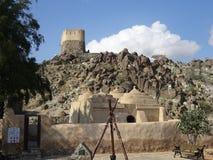 Ansicht der ältesten Moschee und eine portugiesische Fortuhr ragen auf Hügel in Fujairah in Vereinigte Arabische Emirate hoch Stockbilder