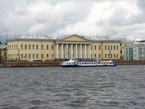 Ansicht der Akademie von Wissenschafts- und Neva-Fluss Stockbilder
