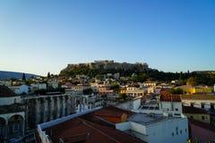 Ansicht der Akropolises, Erechtheion, von Monasteraki-Quadrat durch alte Stadtgebäude, Tsisdarakis-Moschee und Hadrian-` s Biblio Lizenzfreie Stockbilder