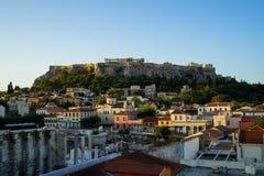 Ansicht der Akropolises, Erechtheion, von Monasteraki-Quadrat durch alte Stadtgebäude und Hadrian-` s Bibliotheksruinen Stockfoto