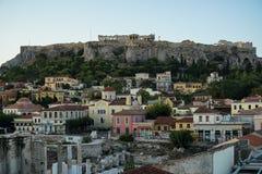 Ansicht der Akropolises, Erechtheion, von Monasteraki-Quadrat durch alte Stadtnachbarschaftsgebäude und Hadrian-` s Bibliotheksru Stockfotos